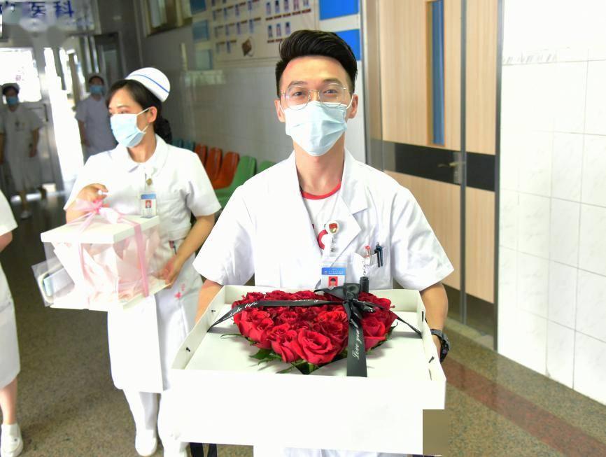 """【战疫情】从校服到""""战袍""""!江心医这对小青年的爱情,真美!"""