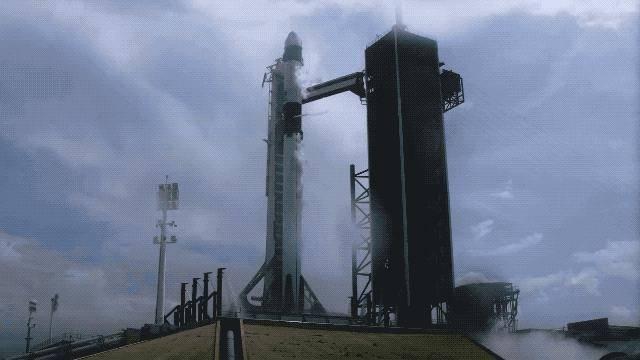 今天,SpaceX现场燃爆:人类太空旅行时代即将到