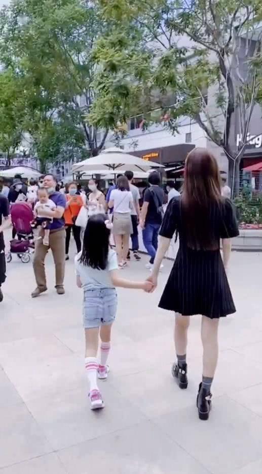 贾乃亮李小璐离婚后首同框,父女打羽毛球好温馨,网友喊话快复合