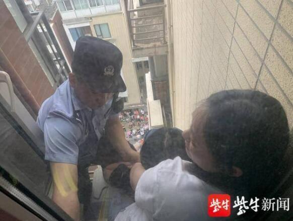 30米高空10楼外墙母女生死一线, 勇民警飞身救援被赞