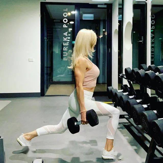 她48岁开始健身,64岁时身材如20岁少女,撸铁16年! 中级健身 第8张