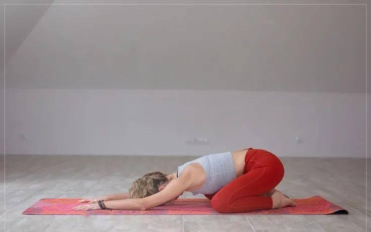 缓解腰背疼痛,初学者先做这10个简单的瑜伽动作就够了!_手臂 高级健身 第6张