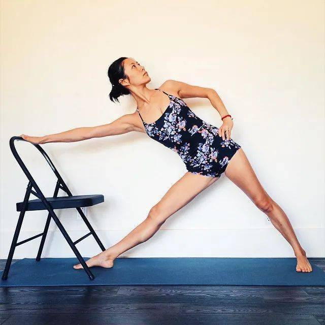 常练瑜伽,三角式的6种不同练习方法,一定要试试!_大腿 高级健身 第4张