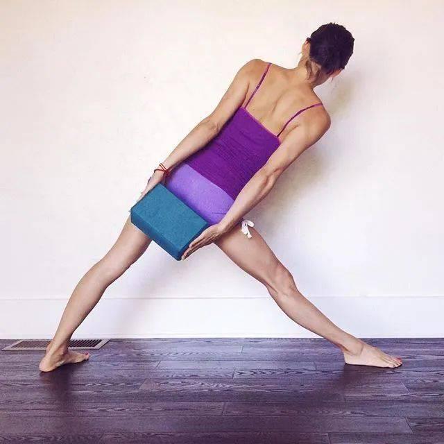 常练瑜伽,三角式的6种不同练习方法,一定要试试!_大腿 高级健身 第8张