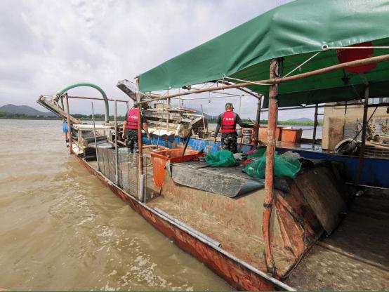 阳江闸坡海洋执法人员查获6艘非法抽螺船,全部拆卸!