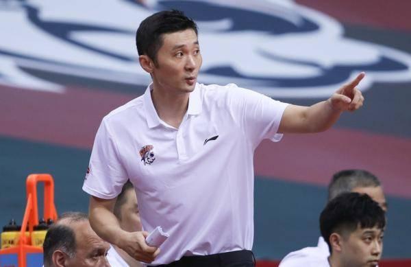 扛起上海男篮,他只是少一张教练证书