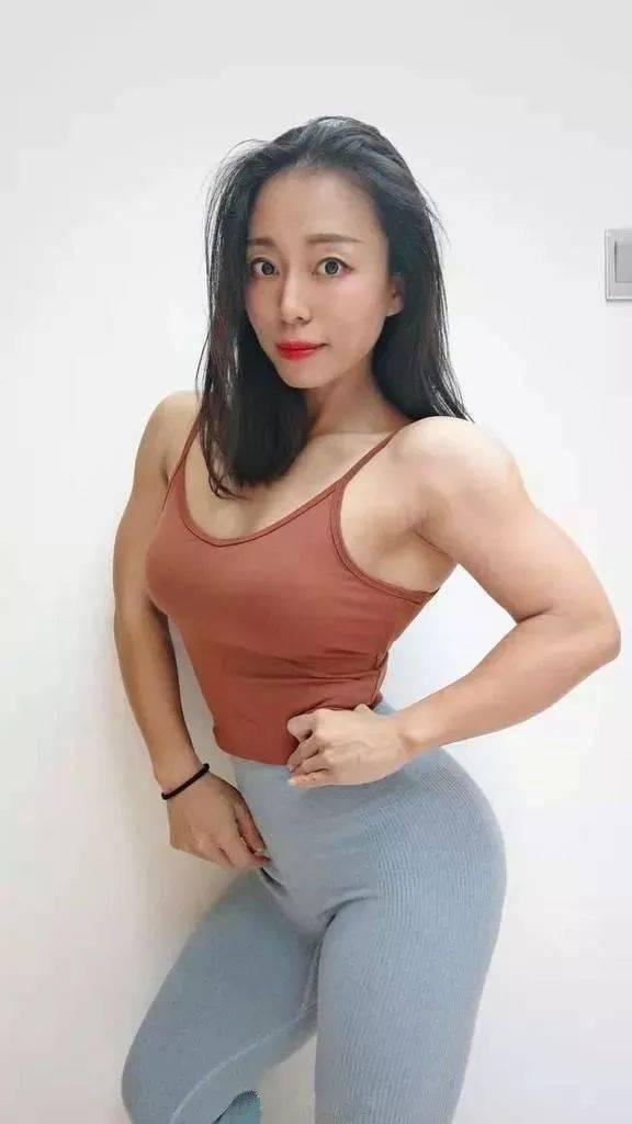 天津37岁语文老师的性感身材堪比健身模特,看到这身肌肉,哪个老师敢抢课...