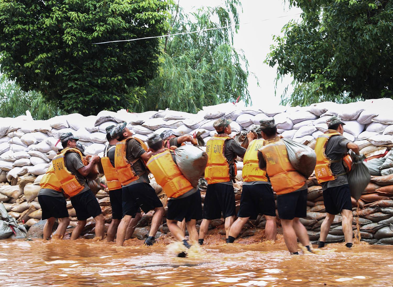 战汛 雨水持续:洪峰过赣入皖,江西连续红色预警,安徽抬高