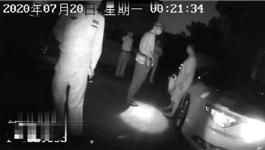 四川宣汉山体滑坡一民房被埋:搜救出四人送医 仍有一人失联