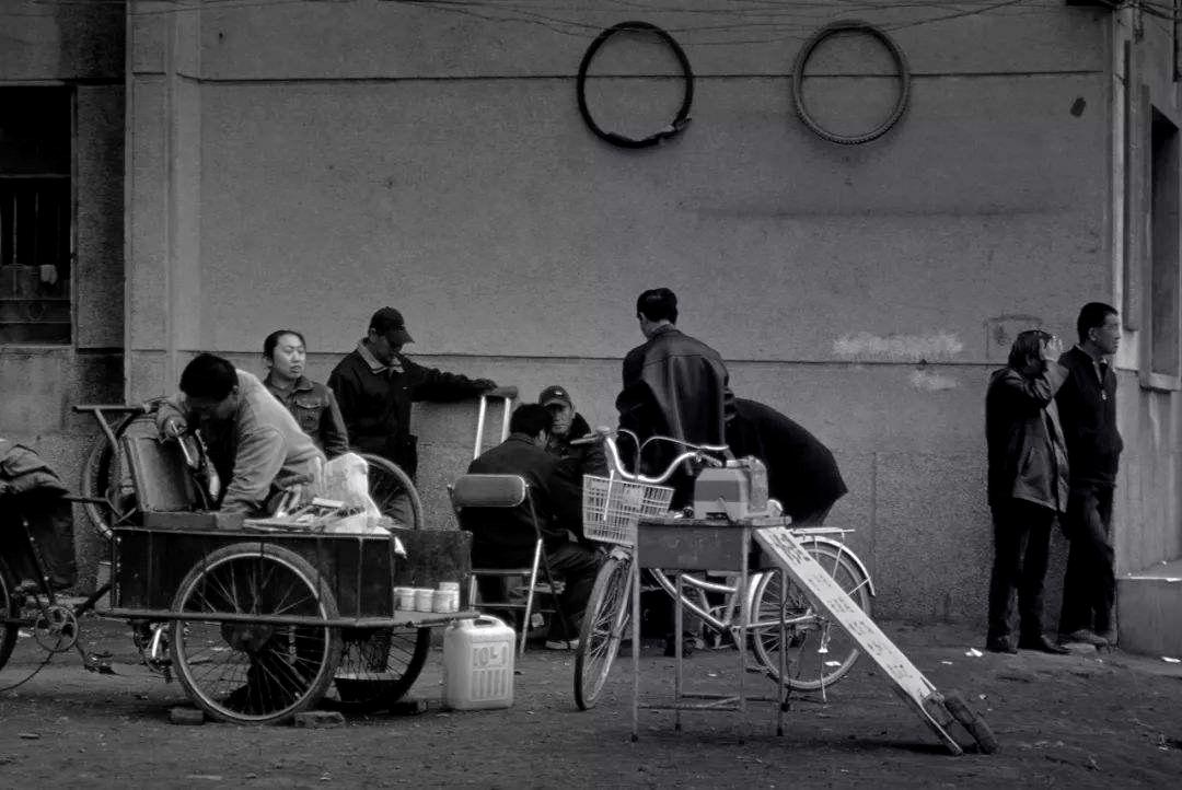 东北上世纪90年代下岗潮后在街边自谋生路的下岗工人