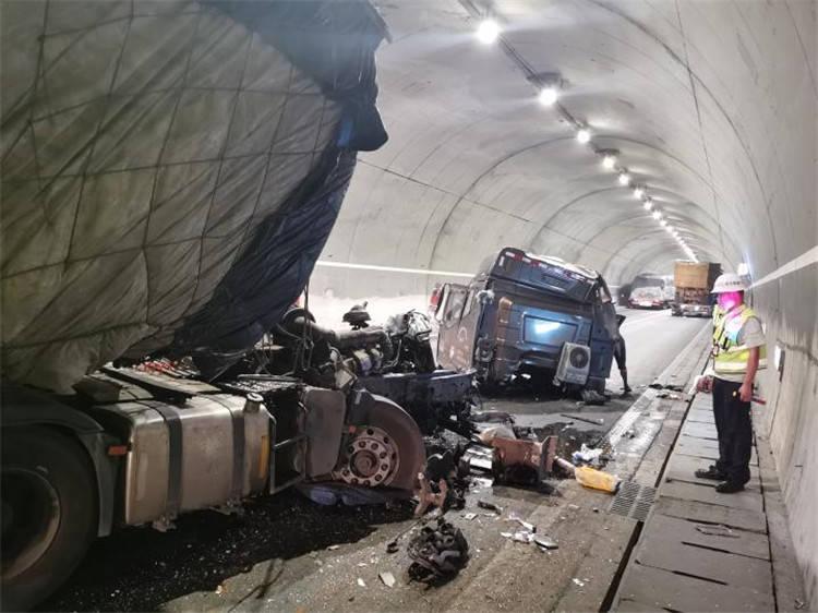 重庆高速隧道内两货车追尾 后车车头都撞掉了