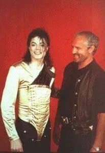 杰克逊92年巡演那套金色泳衣便是范思哲的杰作