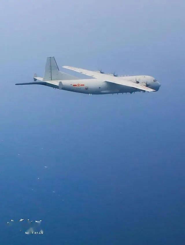 傍边国人民解放军在南海进行军事训练时,美国侦察机接近搬弄