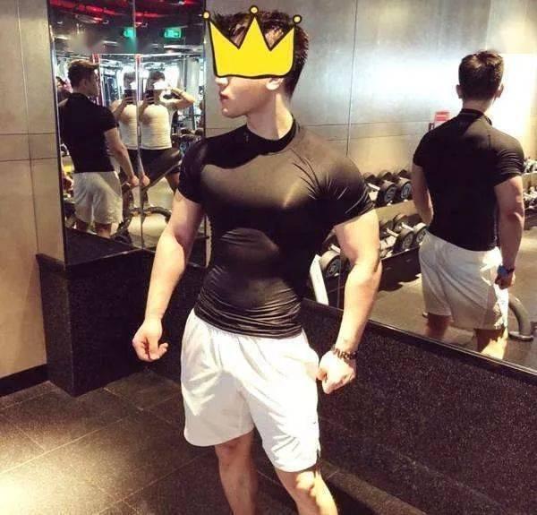 29岁性感尤物,竟被48岁肌肉大叔泡走,网友:美女与野兽!