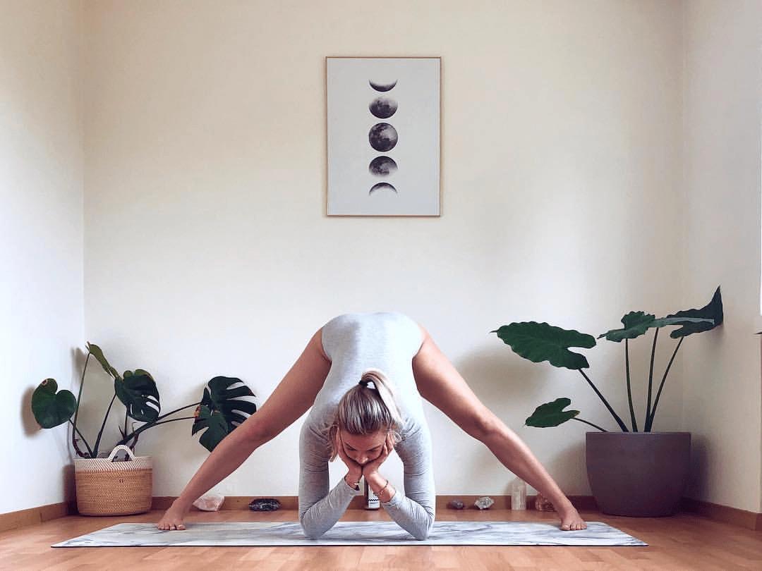 常练这 9个瑜伽动作,腰细了,气质也变好了!