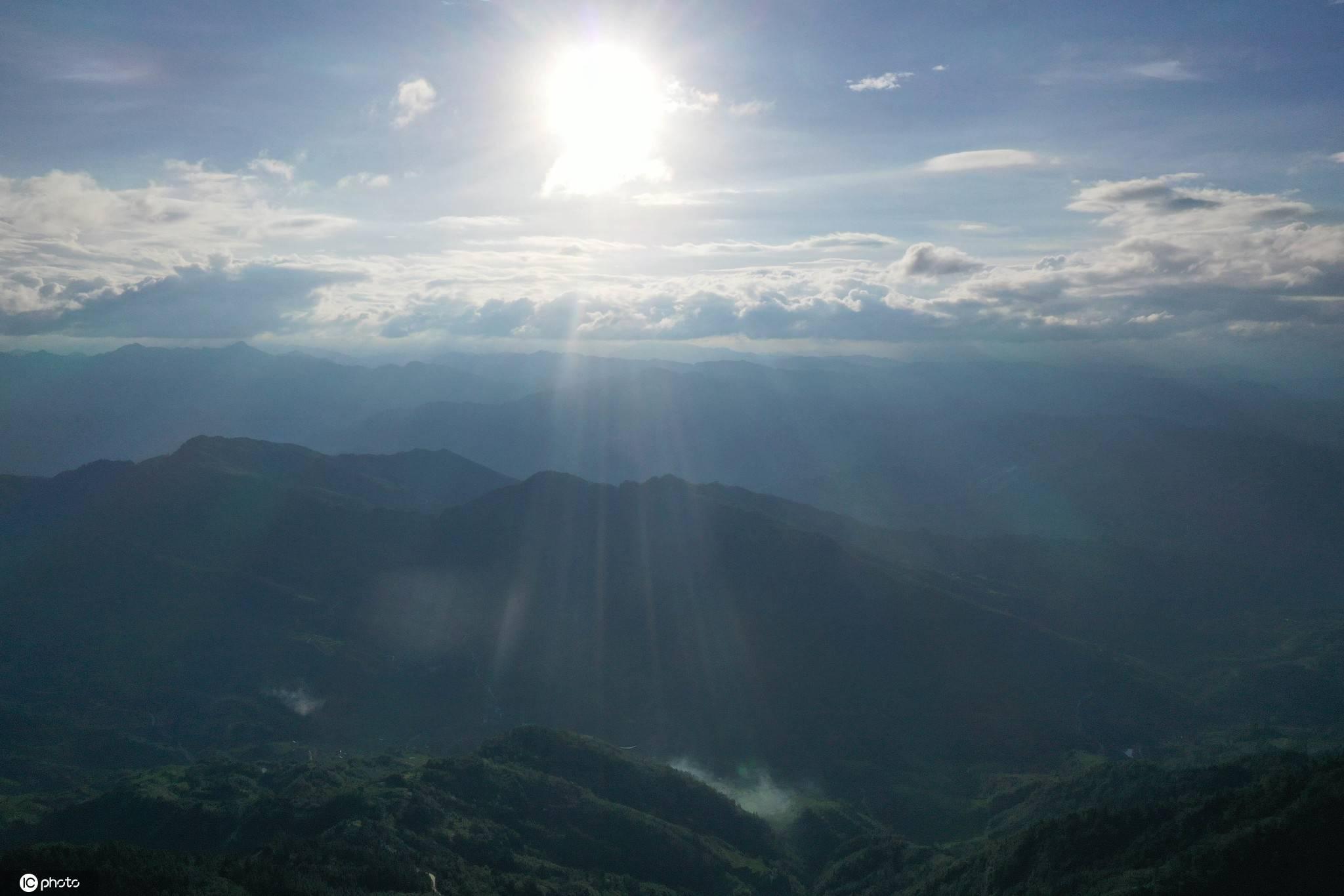 """贵州从江出现奇妙""""耶稣光"""""""