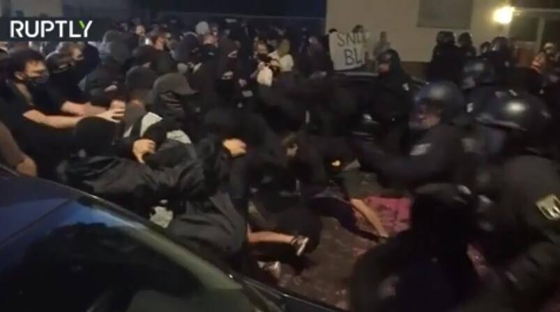 为驱赶左翼抗议者,德国警察连推带踹,还用上了胡椒喷雾!_德国新闻_德国中文网