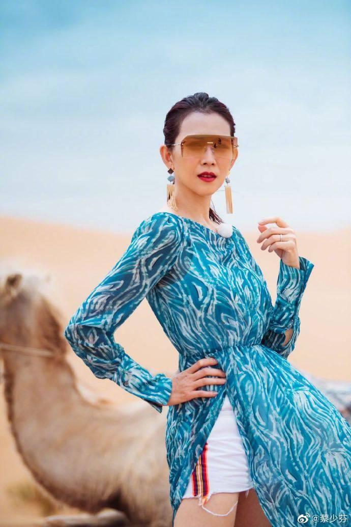 蔡少芬身着蓝色裙装置身沙漠造型炫酷!