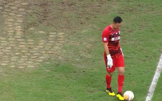 球员连续受伤,谁之过?中超球场草皮硬得就像水泥