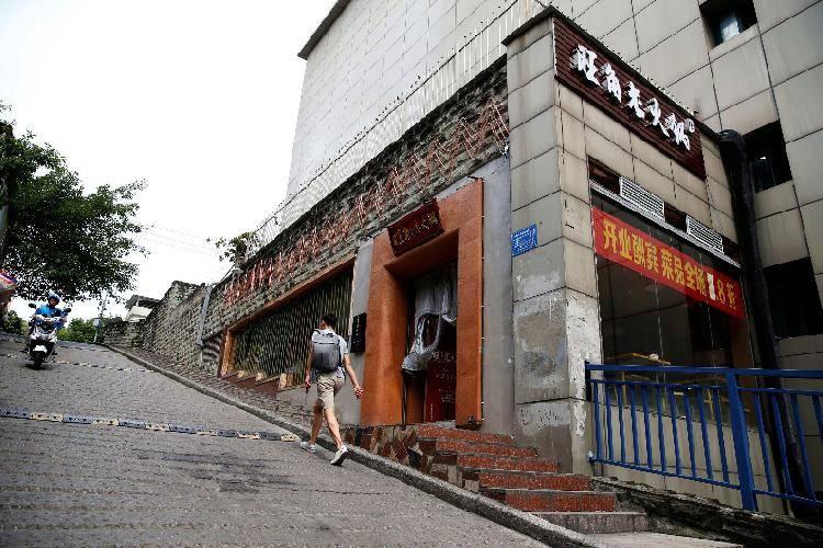 重庆美女把火锅店开到洞子里,惊呆外地游客!