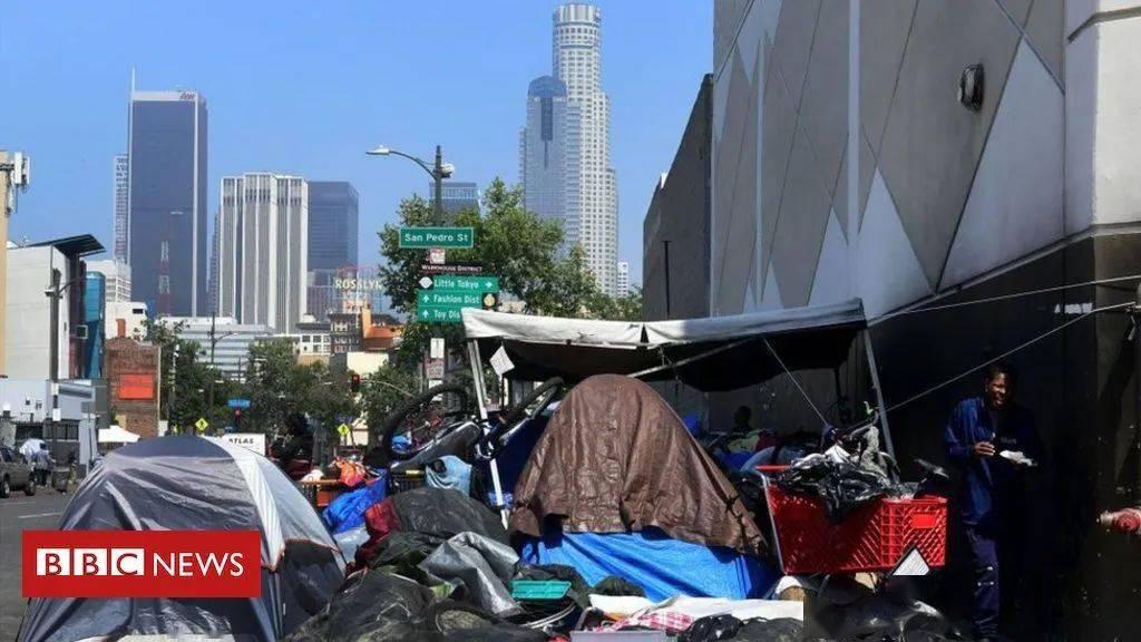 洛城流浪汉在市区四处搭帐篷