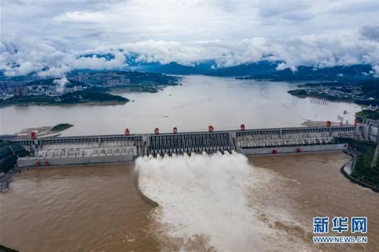三峡水利枢纽迎战建库以来最大洪峰