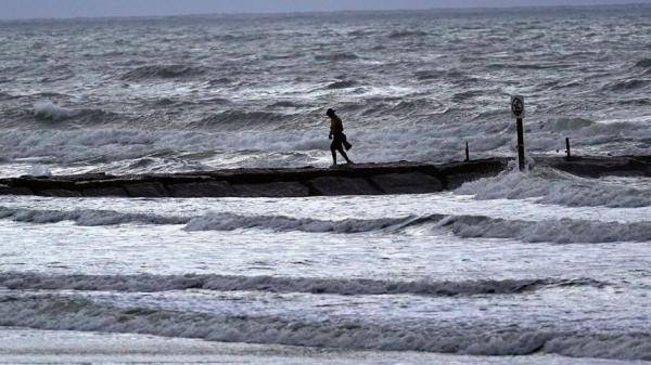 """飓风""""劳拉""""威胁美国近60万住宅,重建需1250亿美元"""