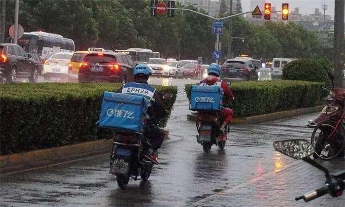 """上海每2.5天就有1名外卖员伤亡 """"多等5分钟""""实则治标不治本"""