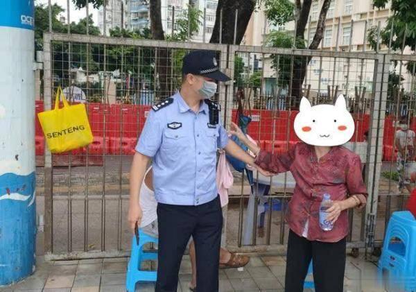 吴宜豪迅速上前询问老人是否需要经济援