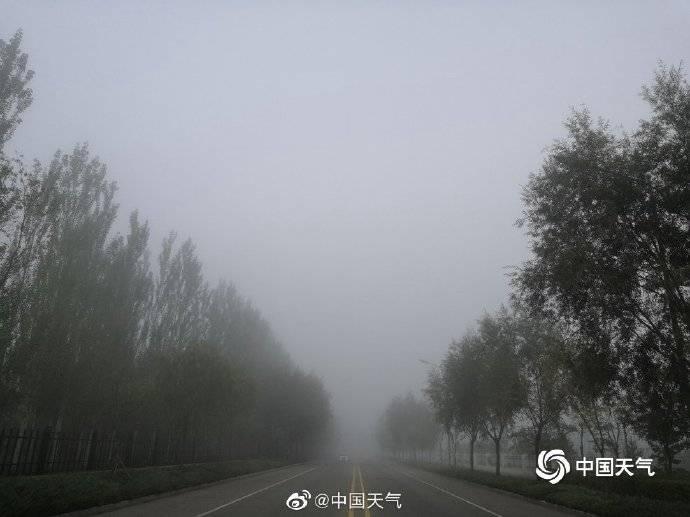 内蒙古鄂尔多斯雾蒙蒙的建筑隐约可见