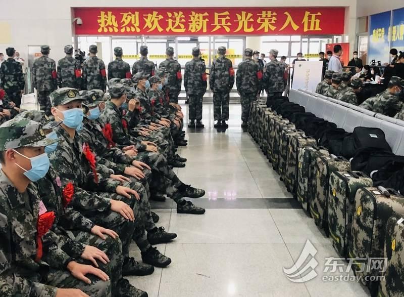 图片说明:新兵们奔赴队伍 上海武警新兵名单