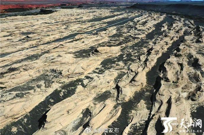 航拍托克逊县雅丹地貌群 大自然鬼斧神工一览无余