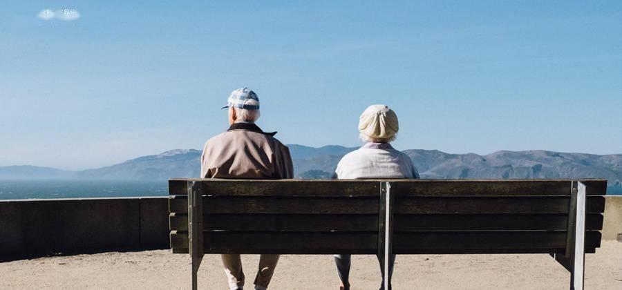 品牌年轻化向左,老龄化社会向右