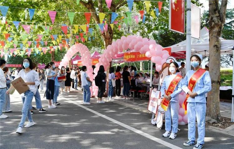 闪电新闻记者 潍坊医学院的新生群
