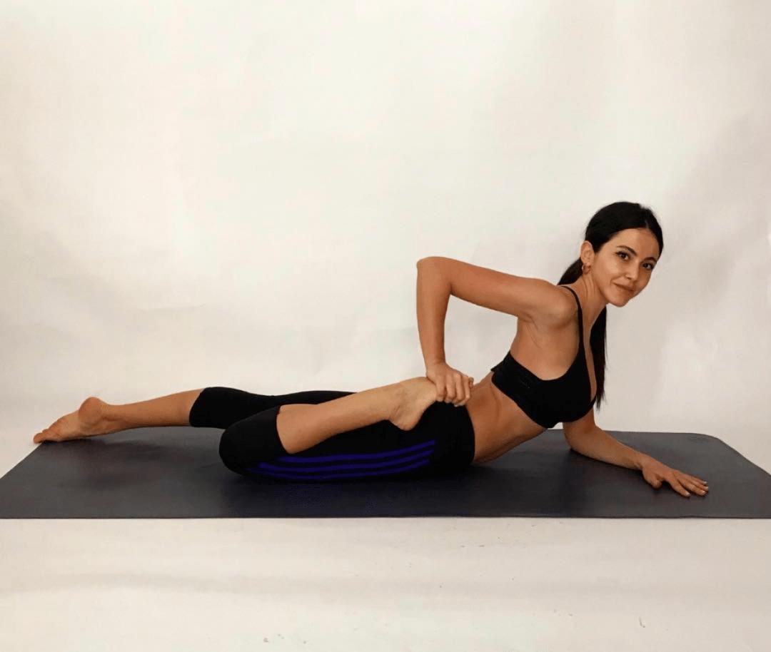一个瑜伽体式拉伸腿部,打开胸腔、还可以美背!
