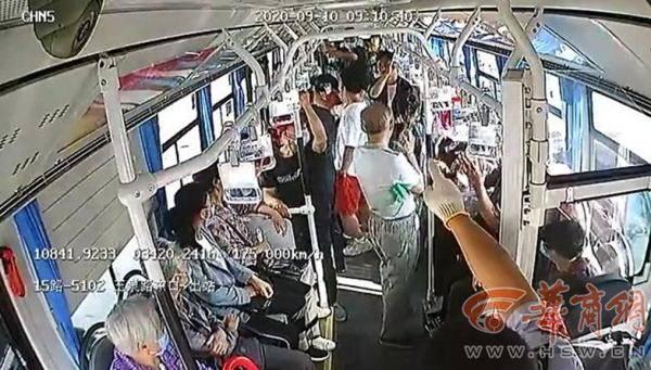 公交司机怒斥车上4小偷 车厢内响起一片掌声!