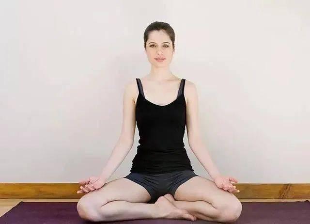 瑜伽开髋这样练,释放负面情绪,滋养骨盆!_向前