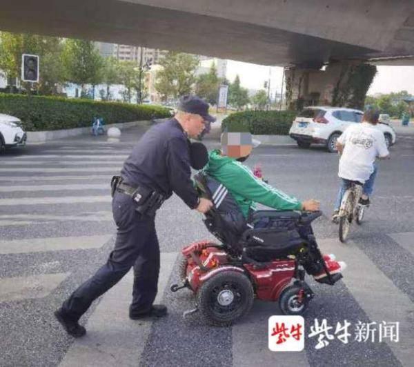 """电动轮椅停电""""抛锚"""",民警施援手助他回家"""