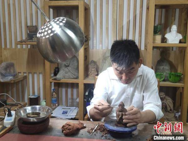 """济南厨师""""半路出家""""玩陶塑 首创""""孔门七十二贤"""""""