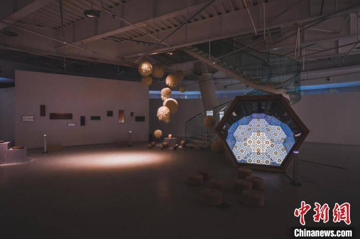 """艺术家用木头、陶瓷展示关于艺术的""""无限可能"""""""