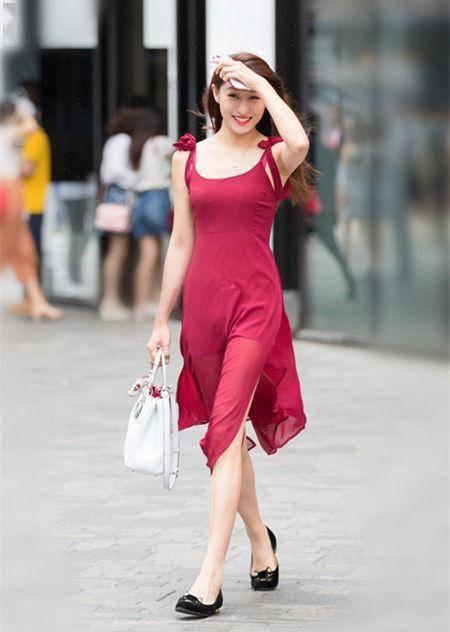 街拍:身材完美的小姐姐,走在步行街上,永远是王者风范