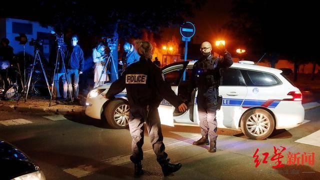 """巴黎被""""斩首""""教师曾因展示宗教漫画遭指责 反恐检察官:9人被捕"""
