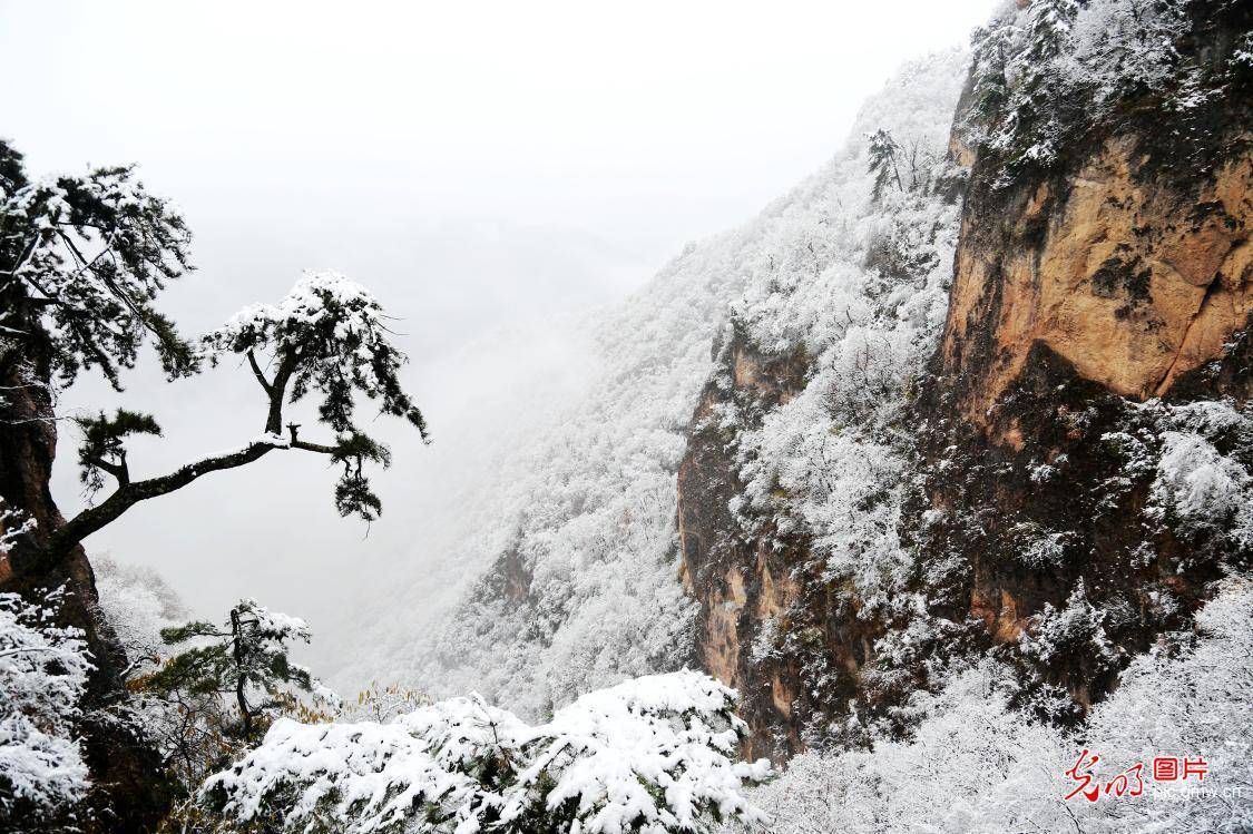 Kongtong Mountain embraces first winter snow