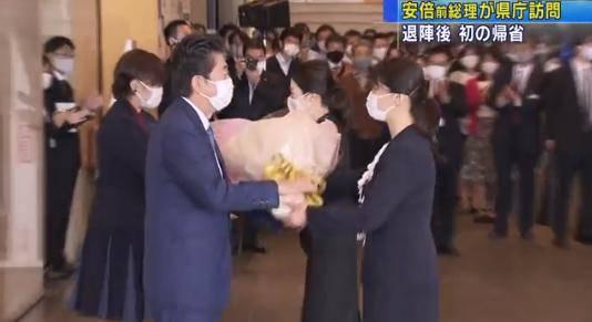 安倍辞职后首次携妻回老家 当地政府首长率数百人迎接
