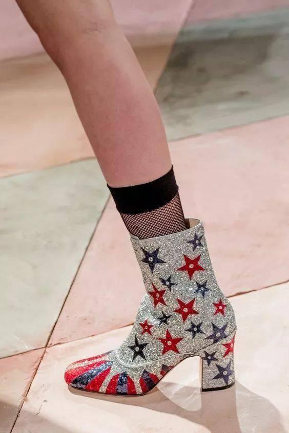 今年秋冬别露脚踝了,现在流行露袜!