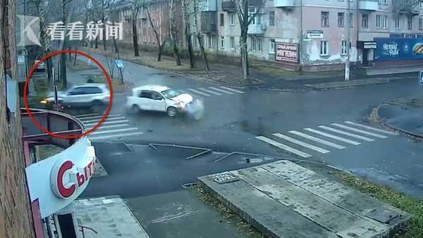 """太幸运!俄罗斯男子10秒内两次躲过""""死神"""""""