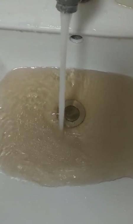 """百事3注册商丘师院回应""""自来水发黄"""",当地已屡次曝出供水质量问题"""