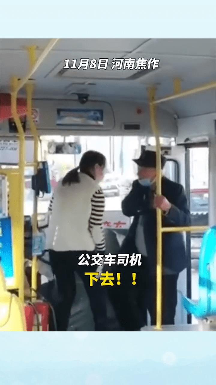 嫌老人身上有异味,公交司机当场发火,拒绝老人乘车