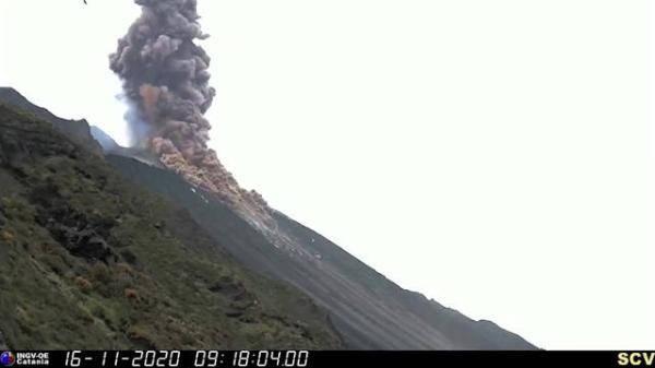 """摄像机拍到斯特龙博利火山""""高强度""""喷发 火山灰冲入数百英尺高空"""