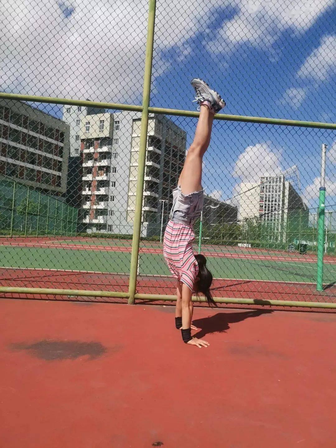21岁宁大女学生宿舍练出8块腹肌后,竟打败沈腾征服杨幂,还引3.4亿人围观!